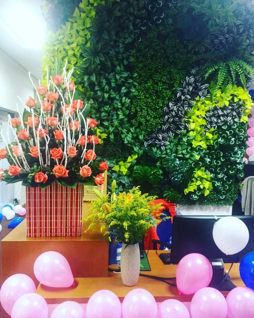 Văn phòng tràn ngập hoa